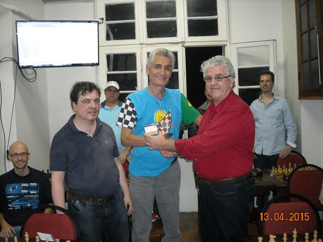 Premiação 1 - Álvaro Frota e Marcelo Einhorn entregam para Alberto Mascarenhas o mini diploma de Campeão Geral do Trovão de Outubro