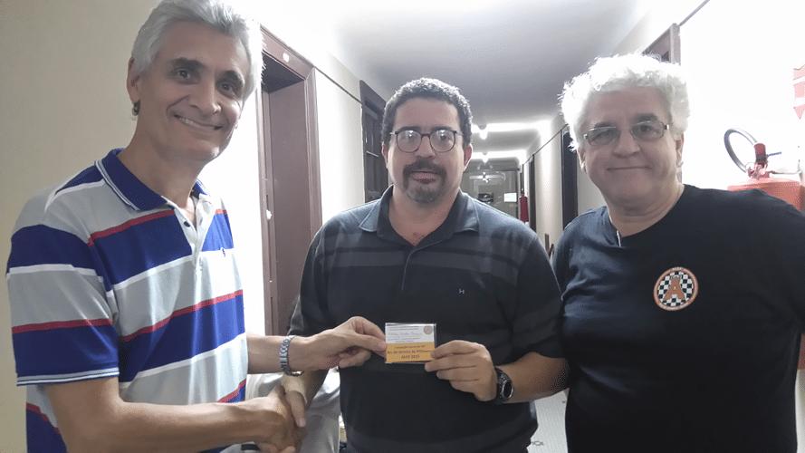 Premiação 1 - Assim que souberam que Kleber Victor tinha sido Campeão Mascarenhas Álvaro entregaram o mini diploma