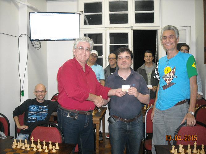 Premiação 2 - Álvaro Frota e Alberto Mascarenhas entregam para Marcelo Einhorn o mini diploma de Vice Campeão Geral do Trovão de Outubro
