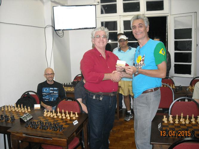 Premiação 4 - Álvaro Frota recebendo de Álberto Mascarenhas o mini diploma de Campeão Alexano do Trovão de Outubro