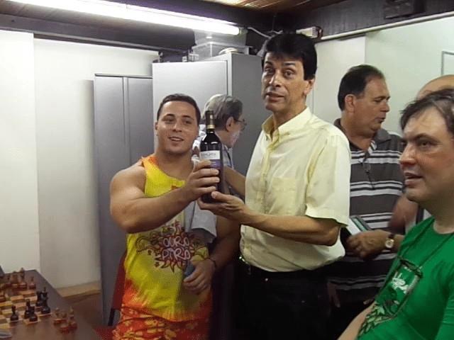 22 - Estelito entrega o vinho à Daniel Rangel