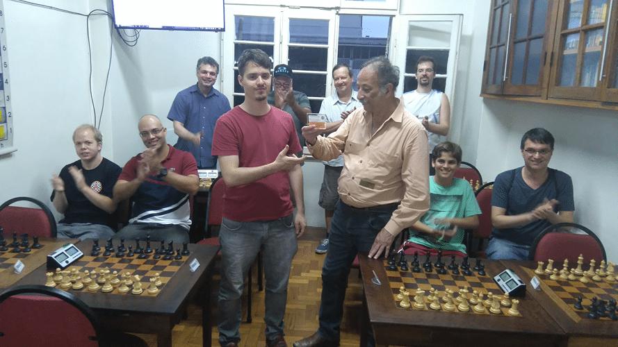 Premiação - Juarez entrega a Leo o Campeão Classe B
