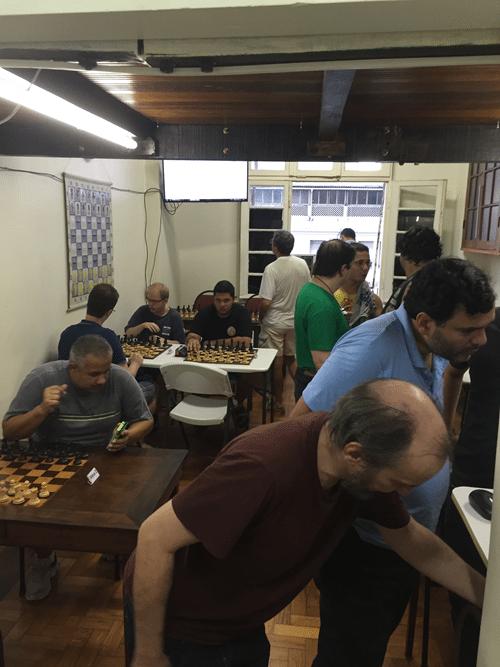 Flávio Quintela (de camisa azul) e Hilton Rios (de camisa vinho) verificam se está dando certo a inserção de tantos nomes de participantes no SuissManager.
