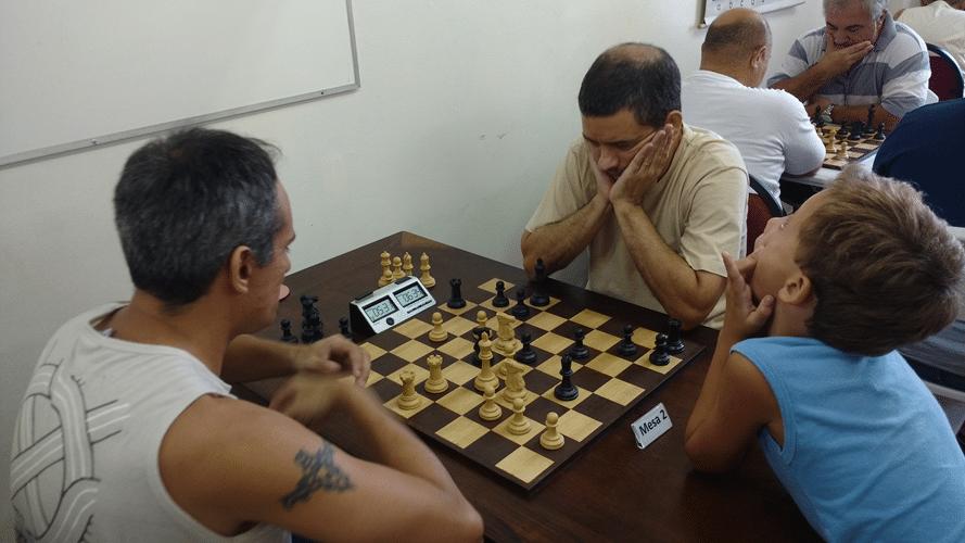 Partidas 10 - Allan Siqueira perdeu para Marco Aurélio Maia. Gabriel faz caretas com as capivaradas do pai
