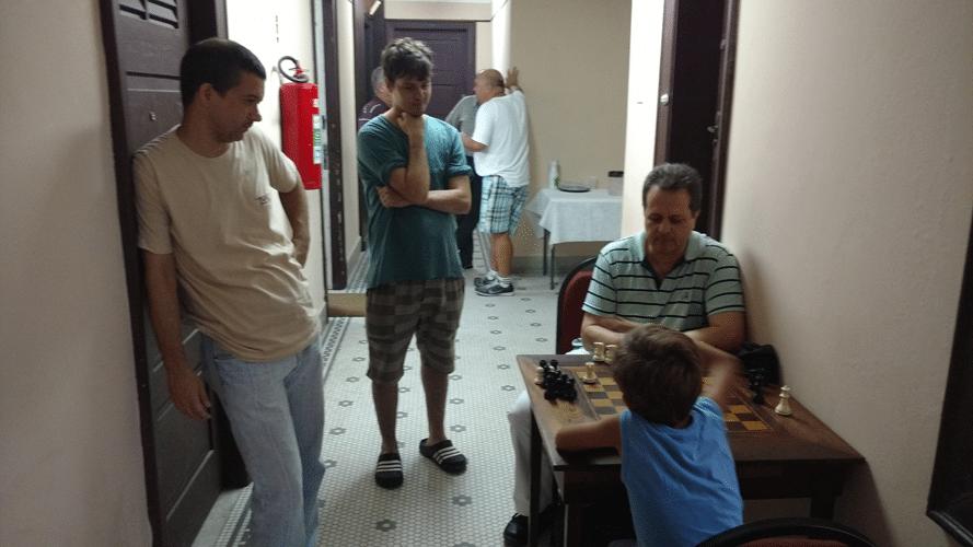 Social 8 - Papai Marco Aurélio e Leo Ramos acompanham a partida