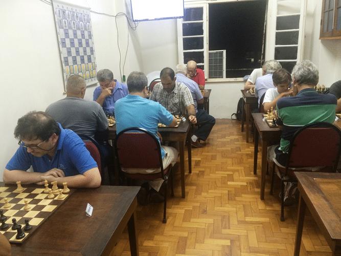 10 - Os dezessete participantes ocuparam oito das dez mesas da sala do clube