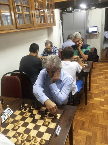 7 - Em primeiro plano, jogando de negras, Luiz Alberto da Luz