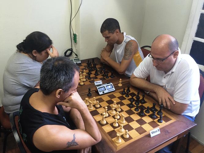 Allan Siqueira (de regatas) contra Arnaldo Leite Mesquita. Atrás, Jéssica Hunter contra André Kemper