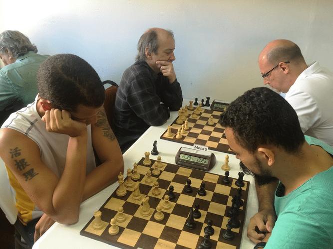Andre Kemper (de regatas) enfrenta Flávio Almeida. Atrás, Hilton Rios (de brancas) enfrenta Arnaldo Leite Mesquita