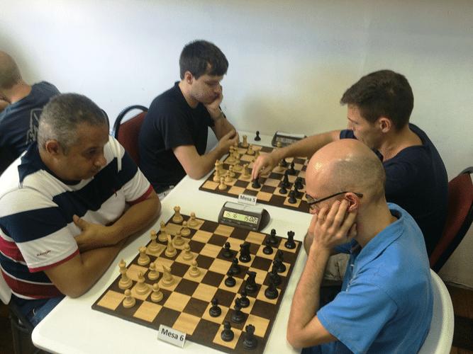 Claide Teixeira (de brancas) joga contra Francesco Noseda. Atrás, Leo Ramos Simões (de brancas) enfrenta Cláudio Pinho Leite