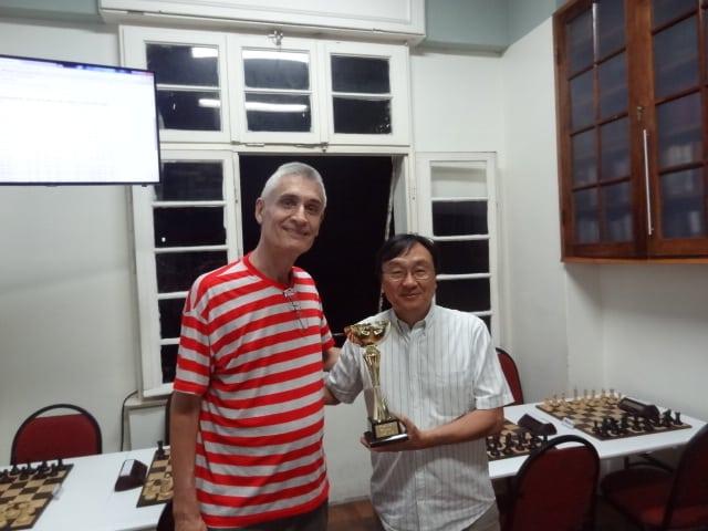 O grande campeão, MN Milton Okamura, recebe seu troféu!