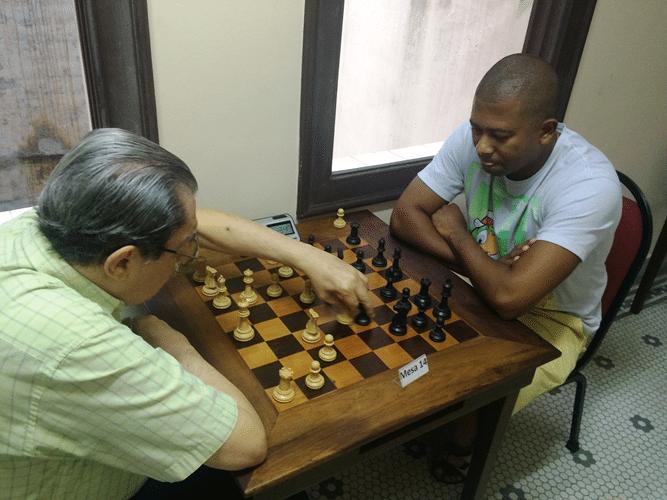 Guilherme Von Calmbach (de brancas) enfrenta Rômulo Roberto de Souza