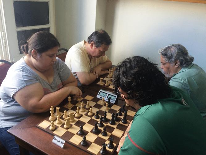 Jéssica Hunter (de brancas) joga contra Marcos Pereira. Atrás, Herman Mathow enfrenta Paulo Cesar Levy