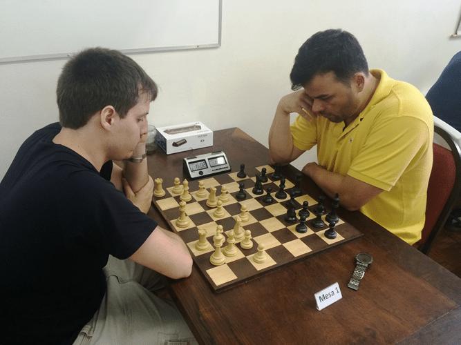 Leo Ramos Simões (de brancas) enfrenta Rodrigo Zacarias