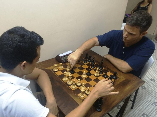 Oscar Solano Rueda (de brancas) enfrenta Cláudio Henrique Leite