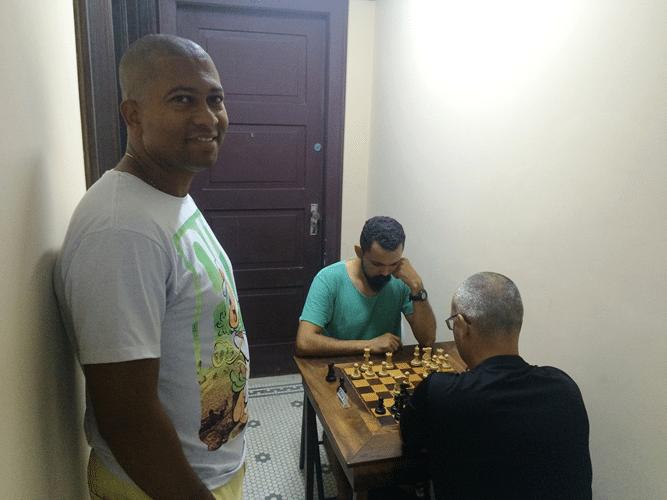 Rômulo de Souza observa Flávio Almeida contra Diógenes Negreiros (de costas)