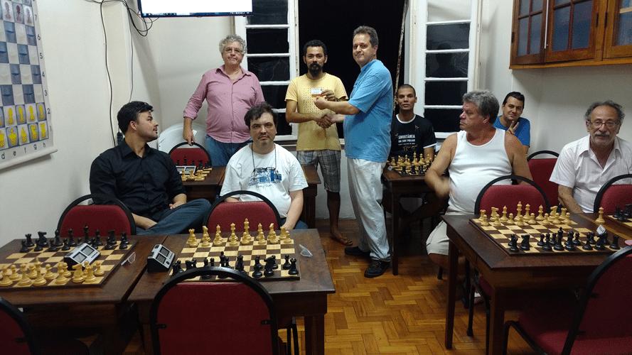 11 - Flávio recebe de Madeu seu diploma