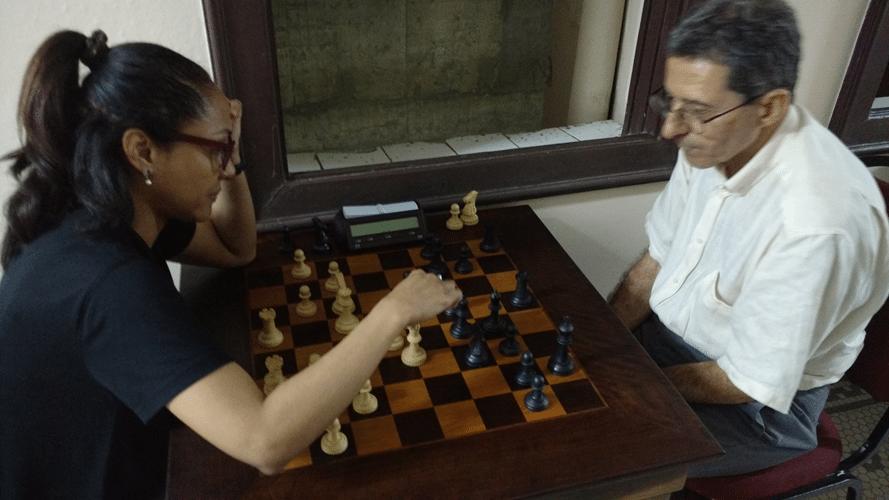 Antonio Elias dando aulas para a estudante de Xadrez Rita Lima