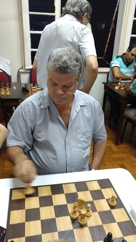 Sérgio Murilo batendo peças