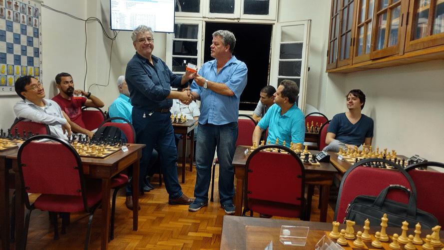 Álvaro Frota recebe diploma de Campeão Alexano do Trovão de Maio