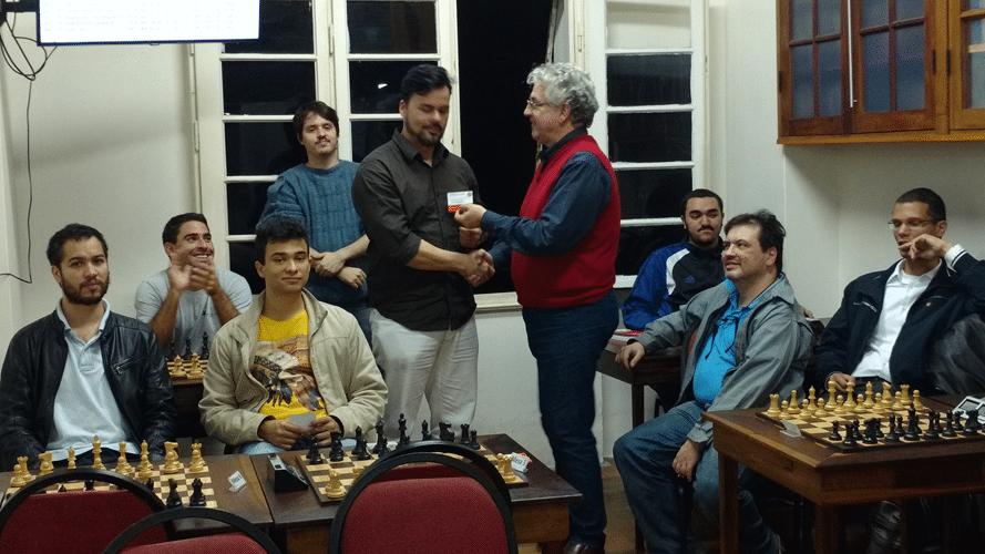 Rodrigo Zacarias recebendo o diploma de Vice Campeão do Trovão de Junho