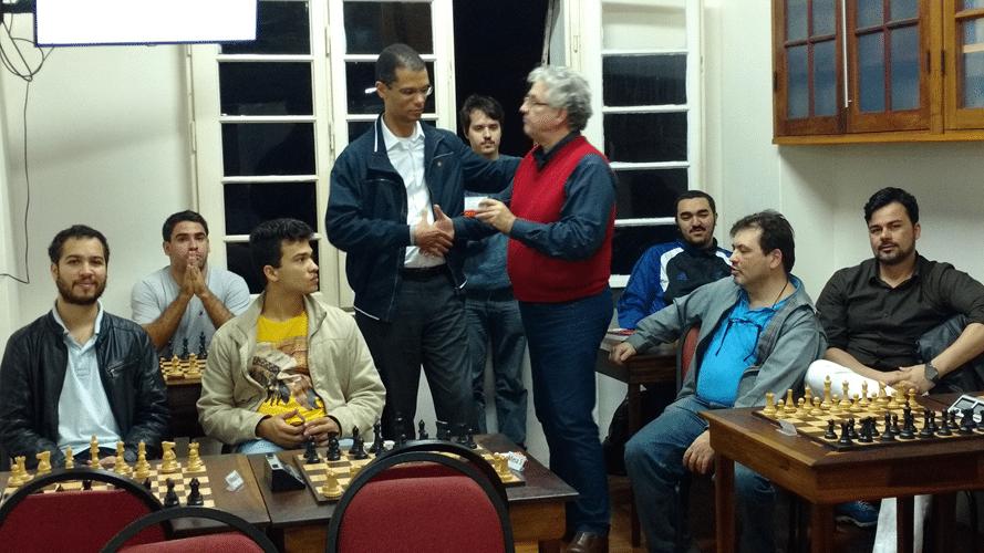 Álvaro Frota recebendo do diploma de Terceiro Lugar do Trovão de Junho