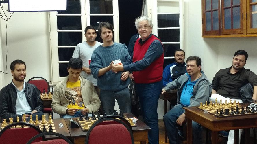 Leo Ramos Simões recebendo o diploma de Campeão Alexano do Trovão de Junho