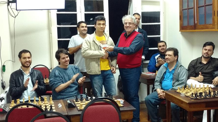 Helemberg Cubiça recebendo do diploma de Campeão Classe B do Trovão de Junho