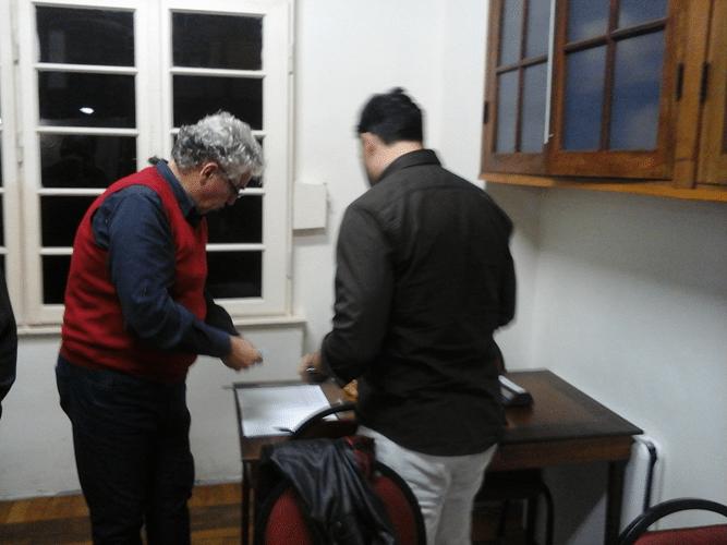 Álvaro Frota recebendo a inscrição de Rodrigo Zacarias