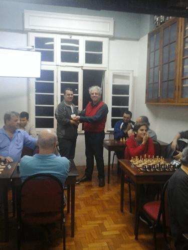 Estevão Luiz Soares recebendo seu diploma