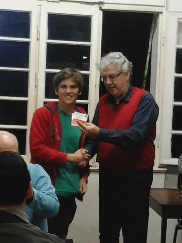 Gianluca Jório Almeida recebendo seus diplomas de Campão Jovem do IRT Rio de Janeiro da Primavera 2015, Menção Honrosa Jovem do Rápido FIDE de Fevereiro 2016 e Menção Honrosa Jovem do Trovão de Fevereiro 2016.