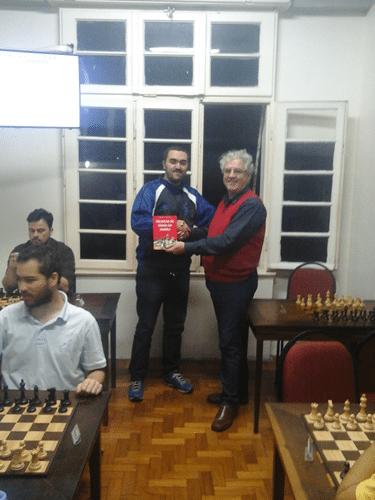 Iago Henrique recebendo o Livro Prêmio de Grande Campeão do Rápido de Junho de 2015