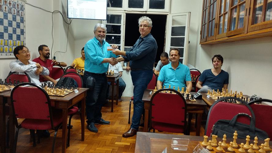 """Emmanuel Britto recebe diploma de Campeão Classe """"C"""" do Trovão de Maio"""