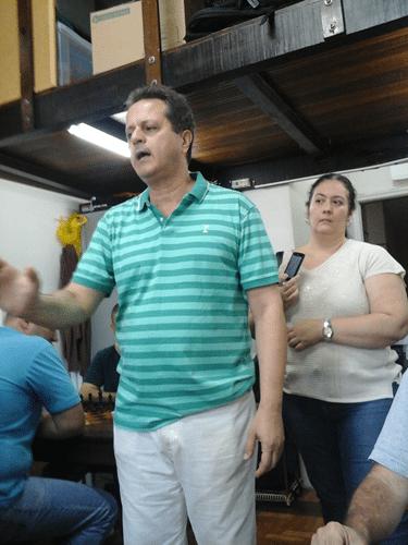 Fernando Madeu abre o Congresso Técnico, observado por Cristiane Noronha, mãe do enxadrista Victor