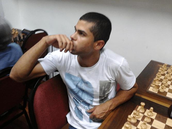Leandro da Silva Espínola cogitando sobre um xeque mate