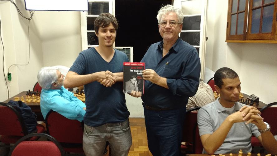 Leo Ramos Simões recebe Livro Prêmio do Torneio Interno de Outono