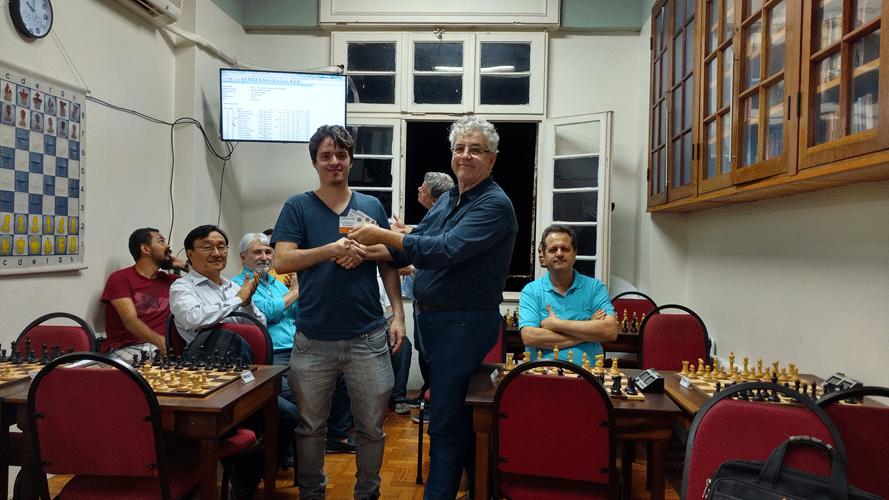 Leo Ramos Simões recebe diploma de Vice Campeão do Trovão de Maio
