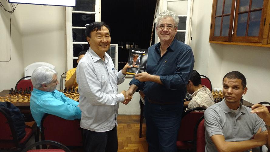 Milton Okamura recebe Livro Prêmio do IRT Rio de Janeiro de Outono
