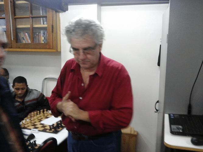 Plantel Álvaro Frota após realizar no computador do clube o emparceiramento da primeira rodada