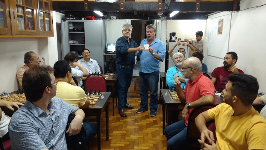 Sérgio Murilo recebendo, durante o torneio, os diplomas de Campeão Alexano do Rápido FIDE de Outono e Grande Campeão do Rápido FIDE de Fevereiro