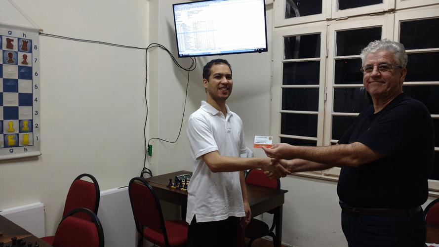 """Bruno Garcia Perez recebendo de Álvaro Frota o diploma de Campeão Classe """"C"""" do Rápido FIDE de Maio"""