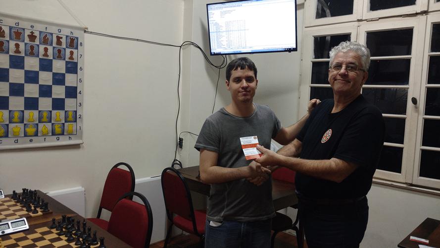 Leo Ramos Simões recebendo de Álvaro Frota o diploma de Terceiro Lugar Feral do Rápido FIDE de Junho
