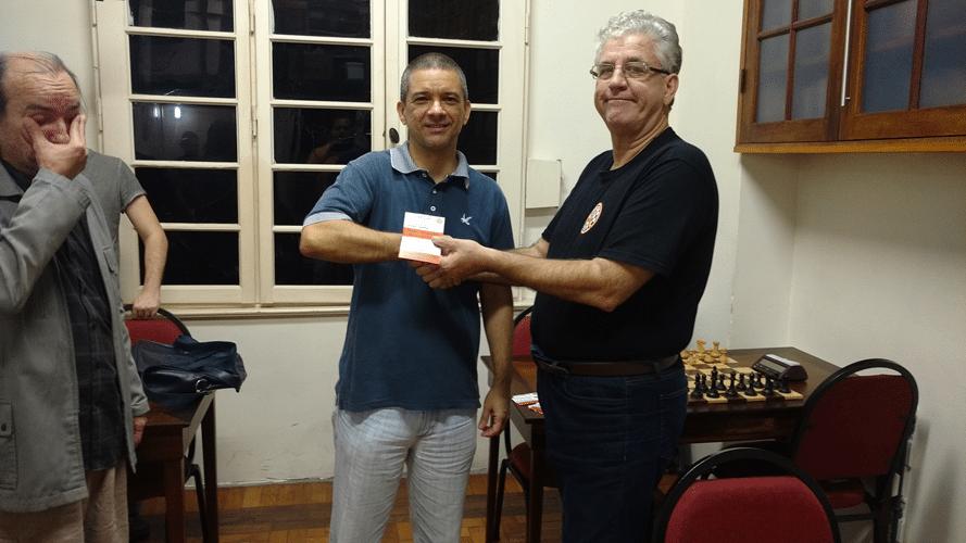 Marco Maia recebendo de Álvaro Frota os diplomas de Campeão Geral do Rápido FIDE de Maio e Vice Campeão Geral do Rápido FIDE de Junho