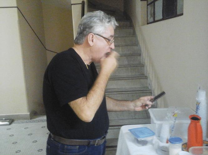 Álvaro Frota brandindo o dedo contra seu celular