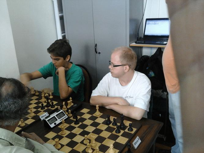 Gianluca Jório Almeida vestindo verde na luta - Oscar Weibull observa