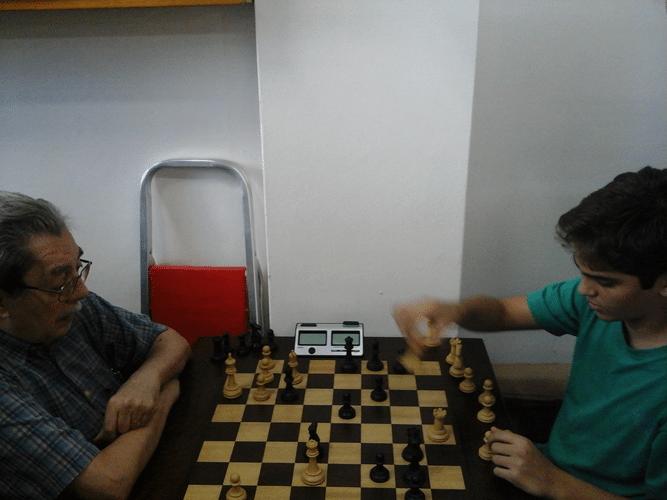 No tradicional clichê do conflito de gerações, Guilherme Von Calmbach enfrenta de brancas Gianluca Jório Almeida