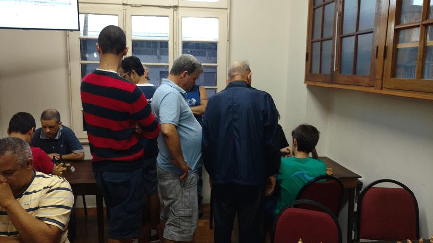 Aglomeração de enxadristas observando uma partida de Gianluca Jório Almeida