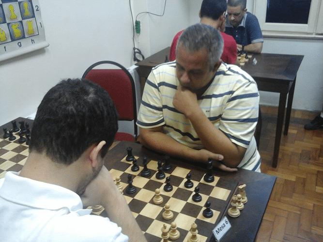 José Claide Teixeira Barros enfrenta de negras Bruno Garcia Perez (de costas)