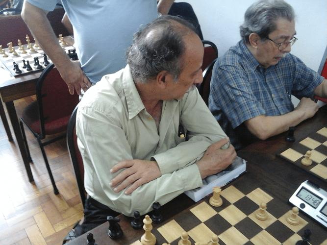Juarez Lima (à esquerda) observa a partida de Guilherme Von Calmbach