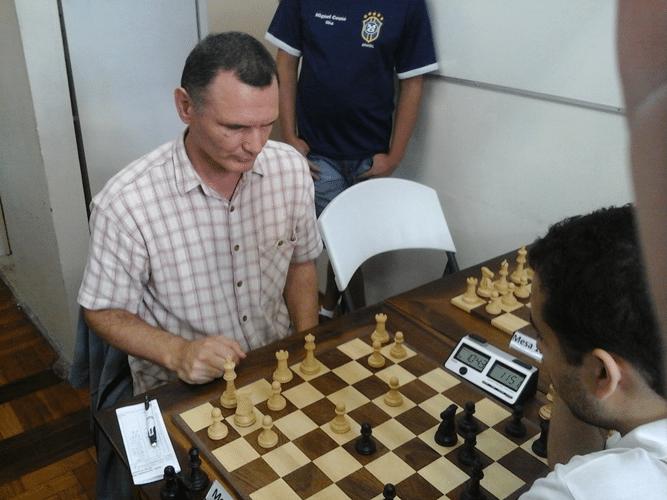 Ned Chê de Montenegro enfrenta de brancas Bruno Garcia Peres